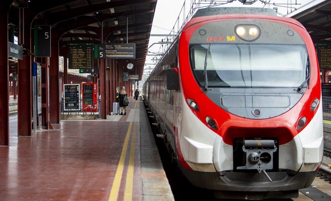 Un tren de Cercanías en la estación de Chamartín y apenas un par de viajeros en el andén