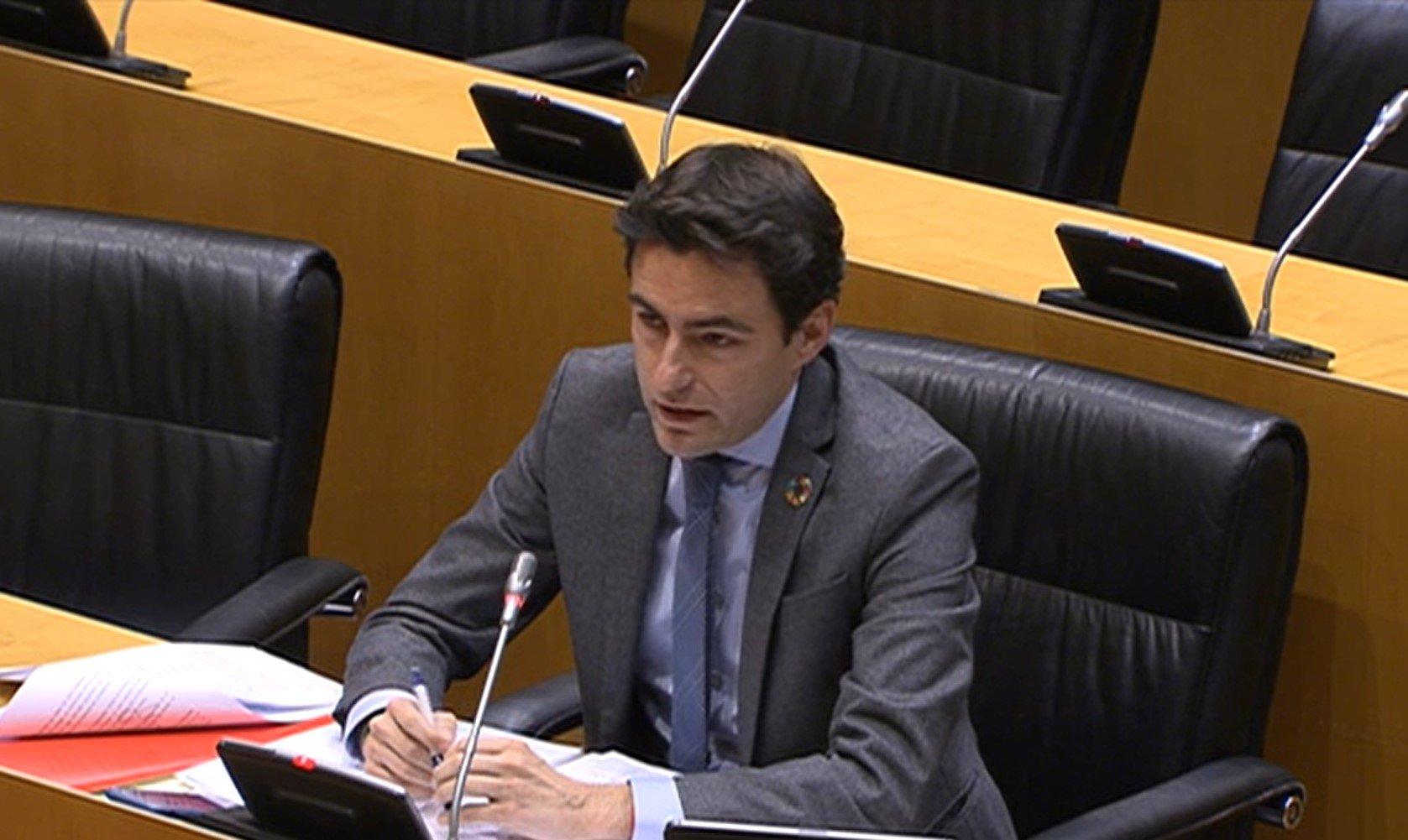 El diputado del PSOE por Cantabria, Pedro Casares, encarna a la perfección el espíritu censor de los socialistas