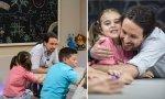 Pablo Iglesias junto a niños en un programa de Telecinco hace unos años