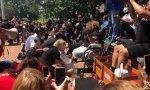 Varios policías y residentes blancos lavaron los pies a una pareja de sacerdotes negros en Cary (Carolina del Norte, EEUU) durante una ceremonia en honor a George Floyd