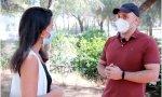 Rocío Monasterio habla con un vecino de la Casa de Campo