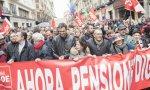 Pedro Sánchez y su Ejecutiva en una manifestación por unas pensiones dignas en 2018
