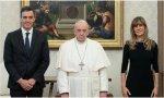 Este Papa es argentino, por lo que basta con mirarle a la cara para concluir si su interlocutor le cae bien o mal. Pues eso, miren esa instantánea: dos sonríen -ella de negro solemnte- y uno sufre
