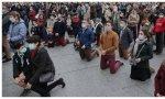 Miles de católicos, muchos de ellos jóvenes, se han concentrado frente a iglesias y catedrales para pedir la vuelta de las misas
