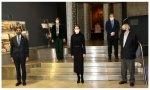 La Reina acudió a la Fundación Telefónica. Le recibió su presidente César Alierta, que sorprendió a los presentes: descorbatado y con una mascarilla con la leyenda VERDE (Viva El Rey De España)