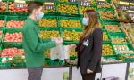 Trabajadores de Mercadona con las nuevas bolsas compostables