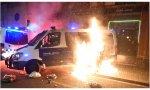 Nueva noche de 'kale borroka', vandalismos y atentados callejeros en Barcelona, con la imagen de esos demócratas podemitas -bueno, podemitas no: 'echeniquianos'- intentado quemar vivo a un guardia urbano