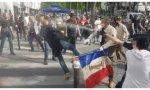Algunos radicales intentan agredir a los fieles católicos mientras un policía intenta dispersarlos