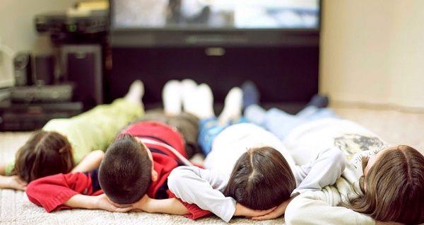 Niños pasivos y obesos delante del televisor. ¿Y qué hacen los padres por ellos?
