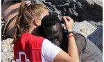 En España, mientras tanto, seguimos repasando el fraternal abrazo de Luna, voluntaria de Cruz Roja, a un negro, perdón afrodescendiente, aunque no sé que tiene de malo lo de negro