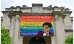 Laya en la cúspide: la Embajada de España se une a la iniciativa 'Paint the Town Colorful with Pride' de Capital Pride Alliance este Mes del Orgullo LGBTI +, colocando una bandera con un retrato de Lorca