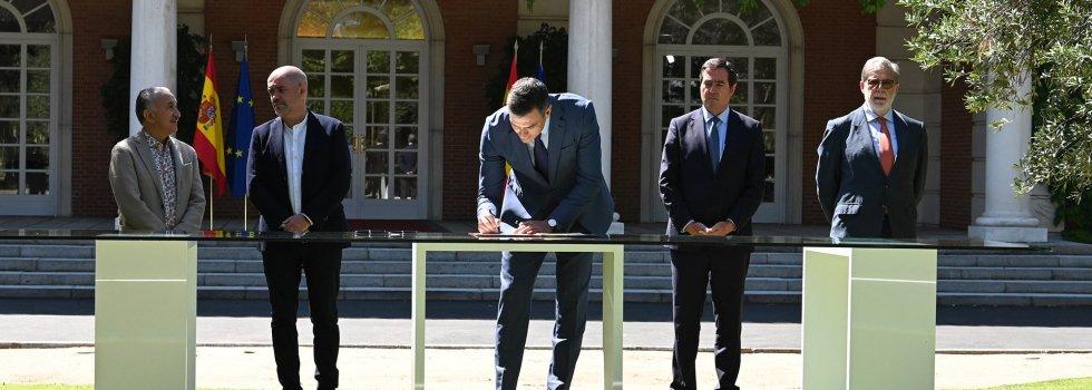 Pedro Sánchez, en el momento de firmar el acuerdo, bajo la atenta mirada de Pepe Álvarez (UGT), Unai Sordo (CCOO), Antonio Garamendi (CEOE) y Santiago Aparicio (Cepyme)