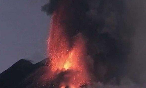 El volcán siciliano Etna ha entrado en erupción dos día después de Cumbre Vieja, en La Palma