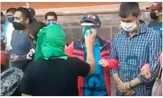 Los jóvenes católicos de Querétaro ni se inmutan. Practican la valentía suprema del antes morir que matar y permanecen impertérritos en defensa del Santísimo y al modo del Santísimo