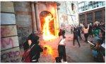 Feministas prendieron fuego en Colombia a una iglesia católica mientras unos 50 fieles asistía a Misa el 28 de septiembre