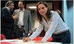 Sara Hernández firmando el código ético del Psoe en 2015