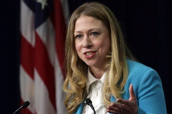 Chelsea Clinton, la hija de Bill y Hillary, felicita el Año Nuevo a la Iglesia de Satán