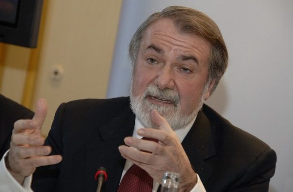 """Mayor Oreja: """"""""La introducción de la ley de eutanasia nos aleja de lo más importante""""."""