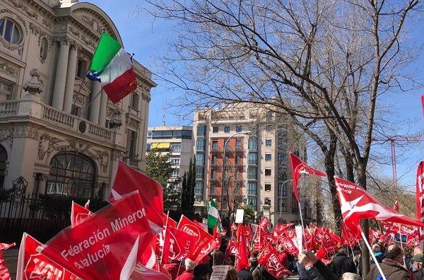 Concentración de los delegados sindicales y trabajadores de Endesa ante la embajada italiana en Madrid