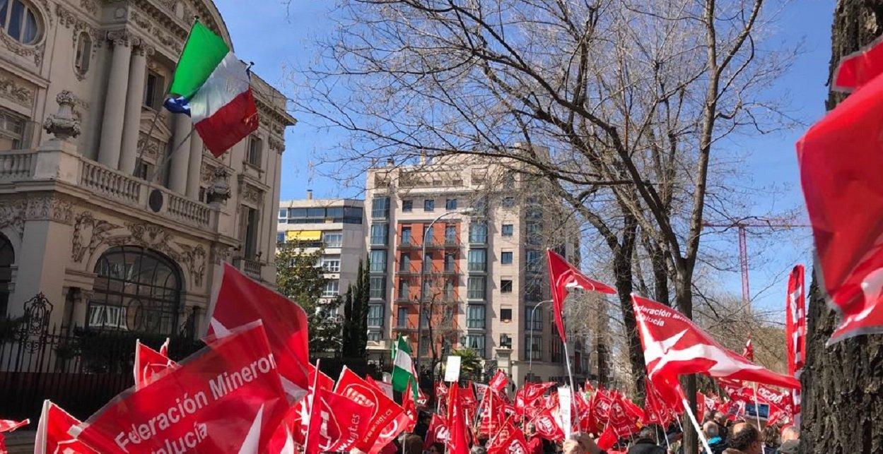 Concentracion de los trabajadores de Endesa ante la embajada italiana en Madrid