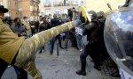 Inmigrantes enfrentándose a la Policía en Lavapiés.