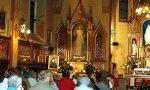 Fieles rezando ante la imagen de la Divina Misericordia.