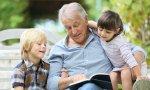 Abuelo leyendo a nietos