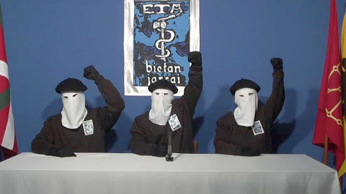 ETA se disuelve pero afirma que el conflicto no acaba.