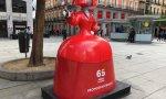 Una de las famosas meninas de Coca-Cola, en la Plaza de Callao.