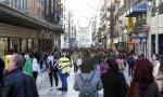 Multitud andando por una céntrica calle de Madrid